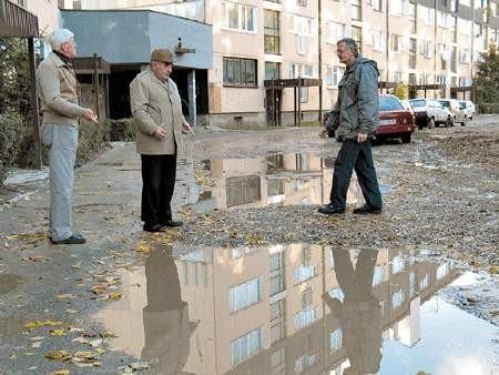 Marian Wójcik, Stanisław Cypionka i Ryszard Madejczyk przed osiedlowym rozlewiskiem.