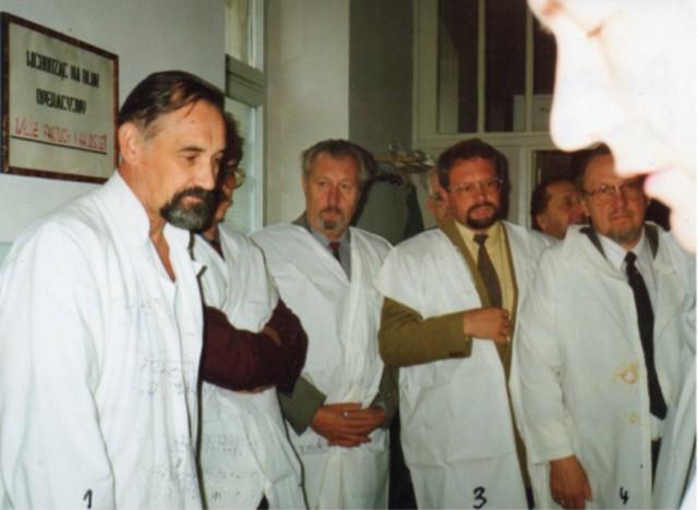 Delegacja z Laatzen z wizytą w szpitalu. Od lewej: lek. Gwizdalski, przedstawiciele miasta Laatzen, wśród nich burmistrz Fischbach.