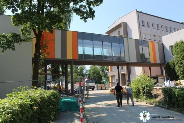 Budowa przewiązek komunikacyjnych pomiędzy trzema budynkami oświęcimskiego szpitala dobiega końca.