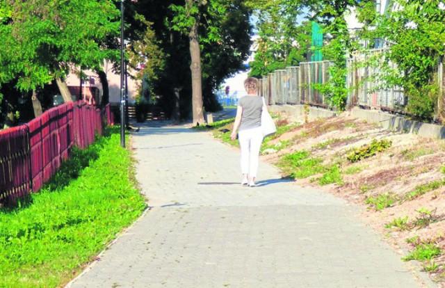 Dziś jest chodnik - niebawem ma tu powstać  nowa buska ulica.