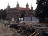 Kraków. Przy Barbakanie odkryto średniowieczny mur [ZDJĘCIA]