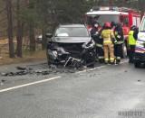 Groźne zderzenie w Kątach Opolskich. Volkswagen passat uderzył czołowo w nissana