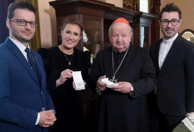 Kardynał Dziwisz w Wadowicach. Obok burmistrz Wadowic Bartosz Kaliński oraz dyrekcja muzeum Dom Rodzinny Jana Pawła II w Wadowicach