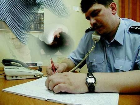 Siemianowicki policjant, aspirant Krzysztof Piwowarczyk przy telefonie pomocy rodzinie dyżuruje kilka godzin dziennie. TOMASZ GRIESSGRABER, MAŁGORZATA SZRETER