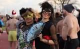 """Karnawałowe morsowanie na Rudzie w Rybniku. 324 osoby zatańczyły na """"zimnym parkiecie"""" a potem chłodziły się w wodach Rudy [ZDJĘCIA]"""