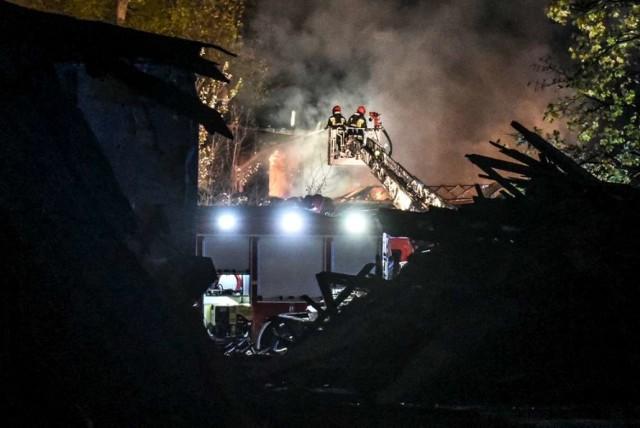 Pożar przy ul. Grunwaldzkiej wybuchł przed godziną 19.  Przejdź dalej i zobacz kolejne zdjęcia --->