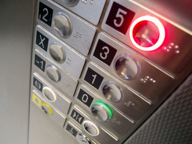 Za windę w bloku często muszą płacić również osoby, które z niej nie korzystają.