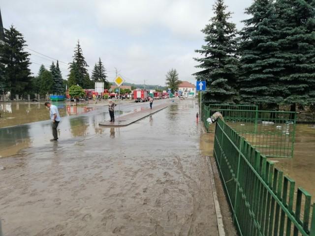 Przez całą niedzielę strażacy porządkowali zalane centrum Łapanowa