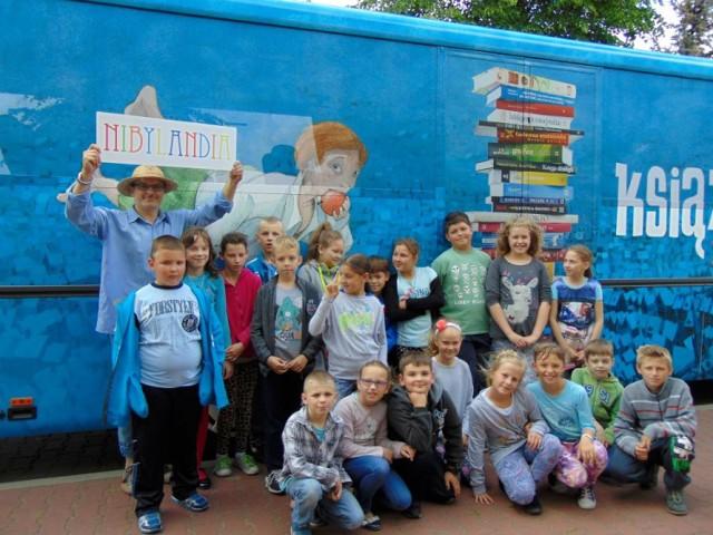 Biblioteka w Budzyniu: Książkobus odwiedził Budzyń i Wyszyny [FOTO]