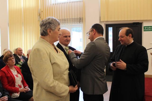 W sali narad Urzędu Gminy w Żurawicy odbyła się uroczystość wręczenia medali za 50 lat pożycia małżeńskiego dla 17 par z terenu gminy Żurawica. odznaczenia dla dostojnych Jubilatów nadał prezydent RP Andrzej Duda.
