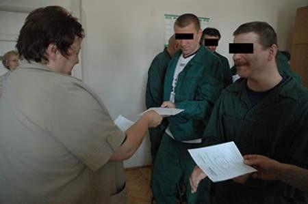 Więźniowie mogli tylko przez chwilę cieszyć się świadectwami. Dostaną je, gdy będą opuszczać Zakład Karny.  WOJCIECH TRZCIONKA