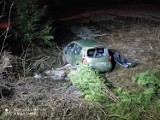 Jasienna wypadek. Samochód wypadł z drogi i dachował. Kierowca został zabrany do szpitala [ZDJĘCIA]