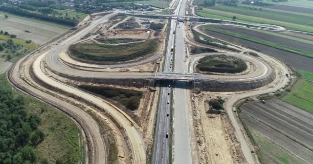 Oto najnowsze zdjęcia z budowy autostrady A1 na odcinkach D i E. Pierwszy to odcinek w województwie łódzkim, budowany tuż przy granicy z woj. śląskim, a drugi, odcinek E. To licząca 17 km trasa od węzła Częstochowa Północ do granicy z województwem łódzkim. Na obu odcinkach, jak widać, na jednej jezdni leży już betonowa nawierzchnia.  Zobacz kolejne zdjęcia. Przesuwaj zdjęcia w prawo - naciśnij strzałkę lub przycisk NASTĘPNE