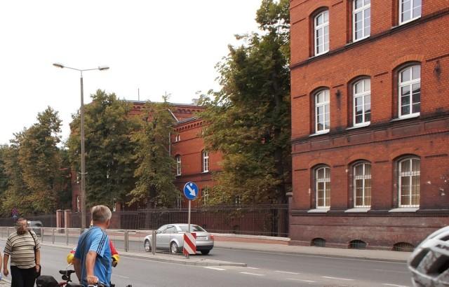 W koszarach przy ul. Dworcowej w Inowrocławiu w latach 1945-1947 działała Oficerska Szkoła Piechoty nr 3, a w niej zakonspirowana była antykomunistyczna organizacja NIE