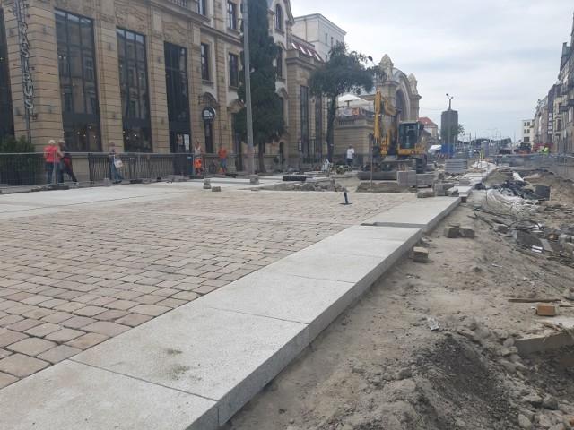 Przebudowa Dworcowej w Katowicach. Trwa montaż nowej nawierzchni