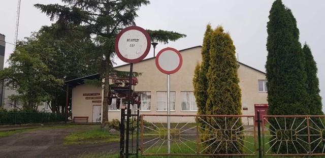 Takie znaki ustawiono przed strażacką Kijewo Królewskie. - Można? Można. Tylko w Brzozowie trzeba było wykopać - wskazuje prezes OSP Brzozowo Czesława Augustinowicz