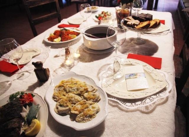 W tym roku wyjątkowo dużo lokali z Torunia oferuje swoim klientom świąteczny catering. Wśród propozycji pojawiły się zarówno tradycyjne, bożonarodzeniowe dania, jak i nieco bardziej oryginalne kompozycje smakowe. Zebraliśmy dla Was w jednym miejscu najciekawsze oferty na catering świąteczny toruńskich restauracji.   Zobaczcie, co możecie zamówić i za ile na kolejnych slajdach >>>