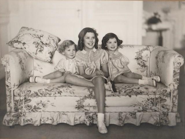 Zdjęcia 1-6 przedstawiają wnuczkę księżnej Daisy, Gioię. Na zdjęciach 7-12 księżna Daisy.