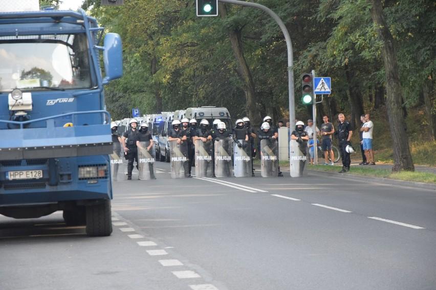 ROW remisuje z Widzewem po bramce Kujawy. Olbrzymie siły policji pod stadionem