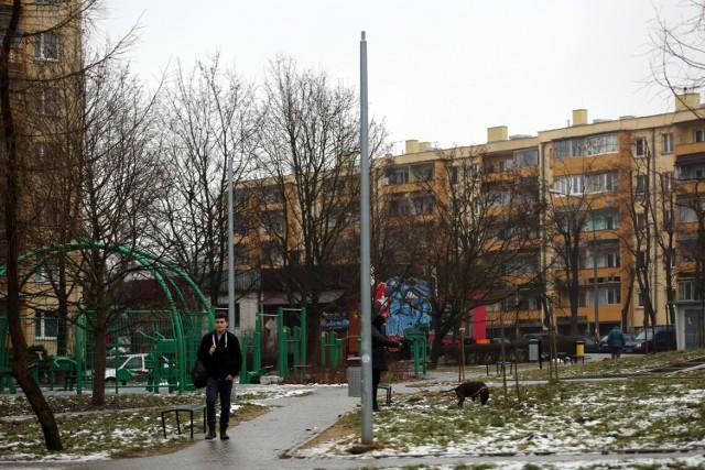 Okolicę placu zabaw na skwerze pomiędzy ul. Powstańców i Strzelców szpecą słupy oświetleniowe pozbawione lamp i osłon