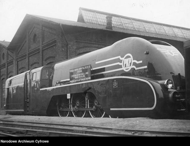 Pierwszy polski parowóz z otuliną aerodynamiczną serii Pm 36, wykonany przez Pierwszą Fabrykę Lokomotyw w Chrzanowie, wystawiany na Międzynarodowej Wystwie Sztuki i Techniki w Paryżu w 1937r. - wygląd zewnętrzny. 1937 r.