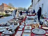 Jarmark Staroci i Rękodzieła w Krośnie. Dużo wystawców i mnóstwo przedmiotów retro na placu przy Etnocentrum Ziemi Krośnieńskiej [ZDJĘCIA]