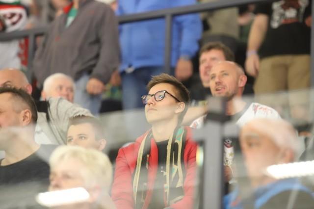 Tyscy kibice na meczu GKS Tychy - GKS Katowice    Zobacz kolejne zdjęcia. Przesuwaj zdjęcia w prawo - naciśnij strzałkę lub przycisk NASTĘPNE