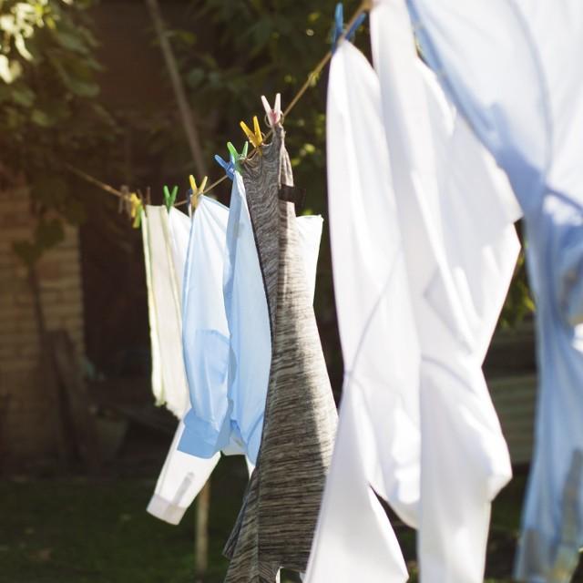 Codzienne pranie może bardzo obciążyć domowy budżet. Jest to czynność, której nie unikniesz i warto do niej podejść z głową. Na szczęście istnieje kilka sprawdzonych sposobów na tanie pranie, które pozwolą zaoszczędzić czas i pieniądze. Przy wciąż rosnących cenach w sklepach warto pomyśleć o zrobieniu w pełni ekologicznych domowych detergentów do prania. Podpowiadamy jak wykonać samemu proszek do prania, płyn zmiękczający i naturalny odplamiacz, które będą równie skuteczne jak te środki ze sklepu.
