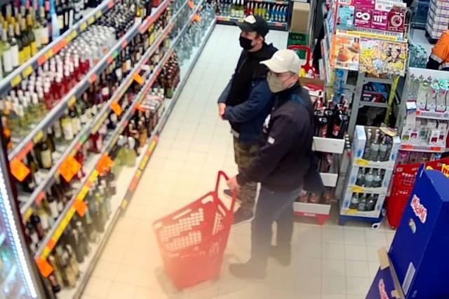 Dwójka złodziejów okradła Biedronkę w Sosnowcu. Rozpoznajesz ich?  Zobacz kolejne zdjęcia. Przesuń zdjęcia w prawo - wciśnij strzałkę lub przycisk NASTĘPNE