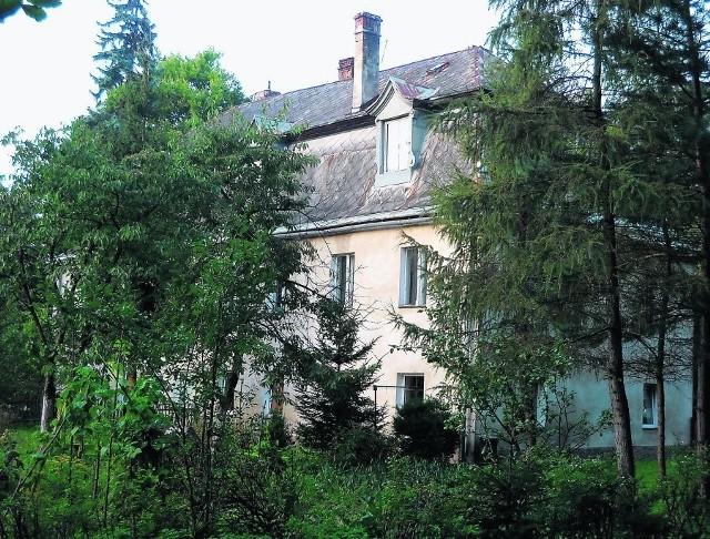 Ten budynek w Nowej Rudzie-Słupcu stał tuż obok rozebranego po II wojnie światowej pałacu von Pilatich