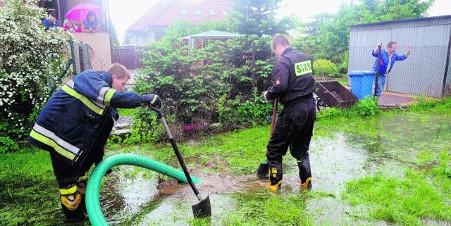 Krakowscy strażacy pomagają usuwać skutki powodzi mieszkańcom zalanych domów przy ul. Na Bory