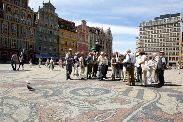 Na Rynku często można spotkać grupy z wykwalifikowanymi przewodnikami