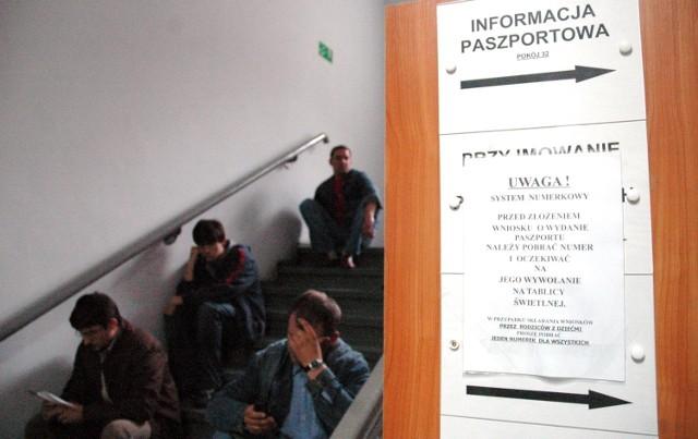 Kolejki w Wydziale Paszportowym Wielkopolskiego Urzędu Wojewódzkiego to częsty widok o tej porze roku. Tak było też w poprzednich latach