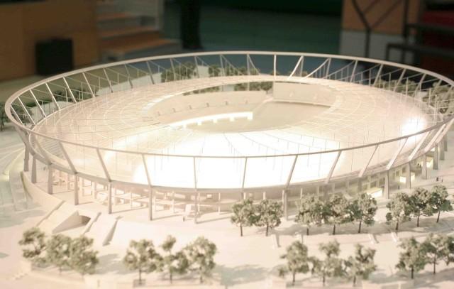 Makieta stadionu stanie na placu Tropikalnym obok fontanny