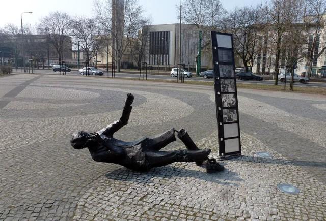 Pomnik Komedy został zniszczony w połowie marca