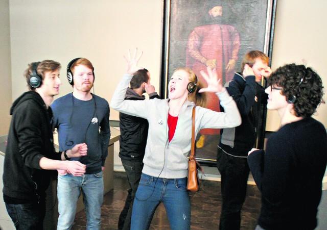 Tańczący uczestnicy akcji w Muzeum Wojskowym