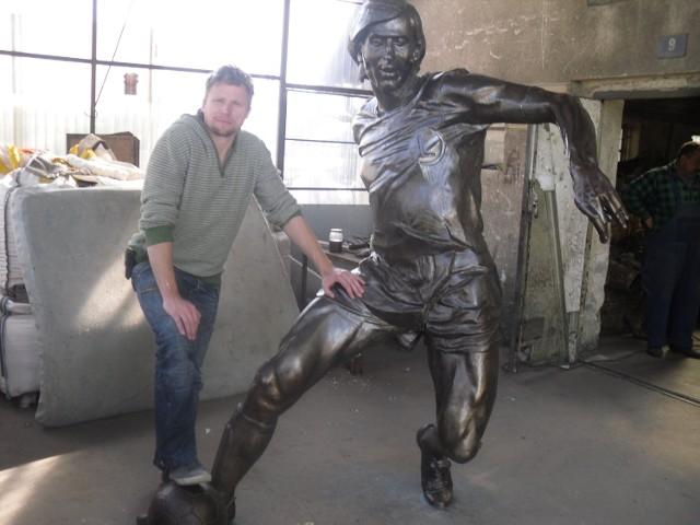Pomnik Kazimierza Deyny to dzieło rzeźbiarza Tomasza Radziewicza