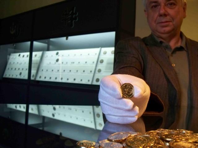 Józef Dembiniok pakuje denary dla numizmatyków