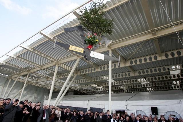 Kilkaset osób wzięło udział we wtorkowej uroczystości zawieszenia wiechy na terminalu lotniska w Świdniku.