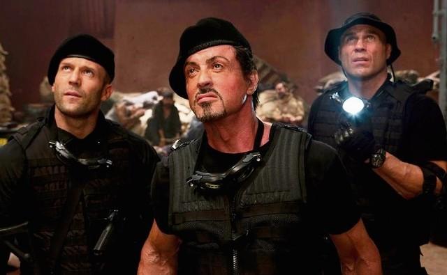 Stallone (na zdjęciu w środku) wywarł niezatarte piętno na kinie rozrywkowym: stworzył mit superbohatera