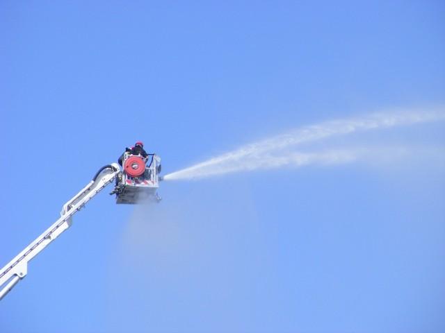 Poznańscy strażacy sprawdzali stan pompy o dużej wydajności zamontowanej na wysięgniki koszowym