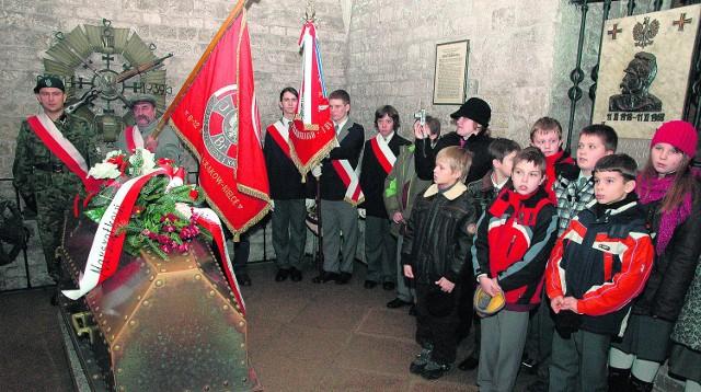 Według kardynała Dziwisza, godne miejsce znajduje się w krypcie Srebrnych Dzwonów, obok sarkofagu Józefa Piłsudskiego