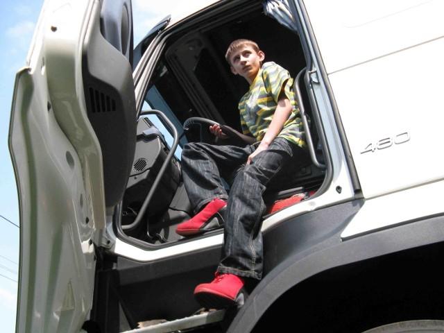 Dawid Rosak po kilku instrukcjach uruchomił silnik, wrzucił bieg i ruszył do przodu