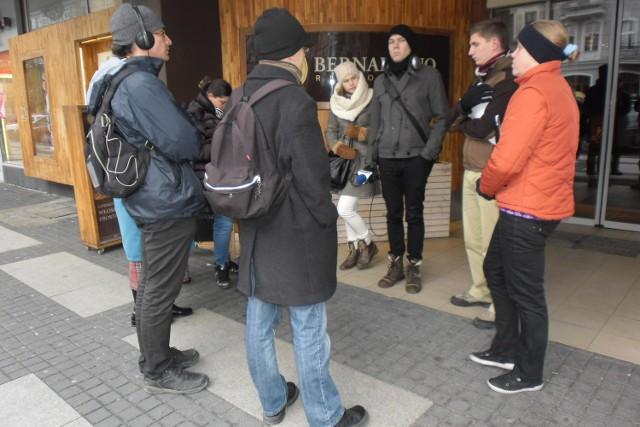 Na inspektorów PINB przed Alfą czekali mieszkańcy i dziennikarze.