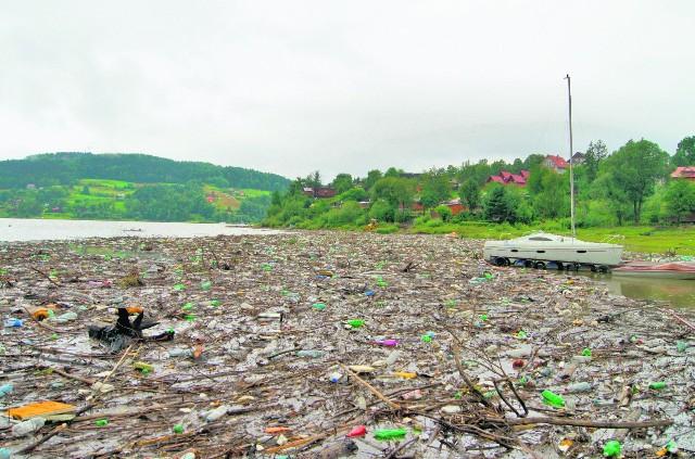 Kożuch śmieci unoszących się na wodach Jeziora Rożnowskiego odstrasza turystów od zażywania kąpieli i pływania na łódkach
