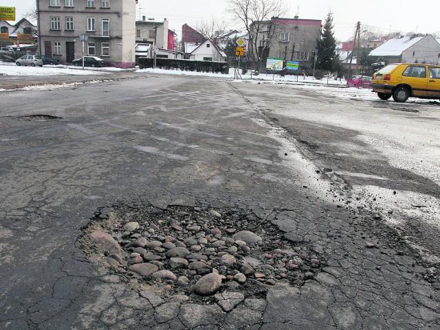 Na ul. Gwardyjskiej asfalt jest tak cienki, że dziura nikogo nie dziwi