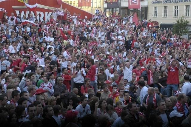 Tak w 2008 roku kibice w Poznaniu na placu Wolności dopingowali polskich piłkarzy grających na Euro w Austrii i Szwajcarii