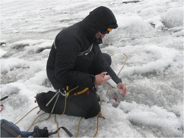 Naukowiec pobiera próbki z lodowca
