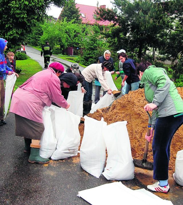 W Tuchowie - w napełnianiu worków pomagali mieszkańcy