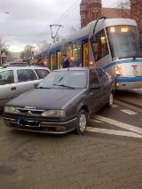 Zaparkowane auto zablokowało tramwaje (ZOBACZ)